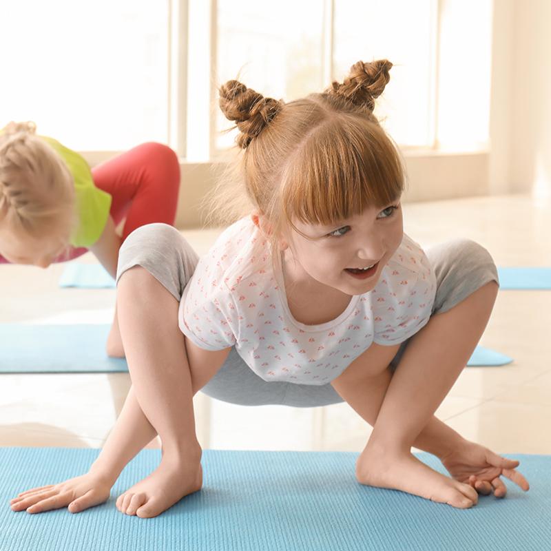 Fisioterapeuta para niños. Niña haciendo gimnasia