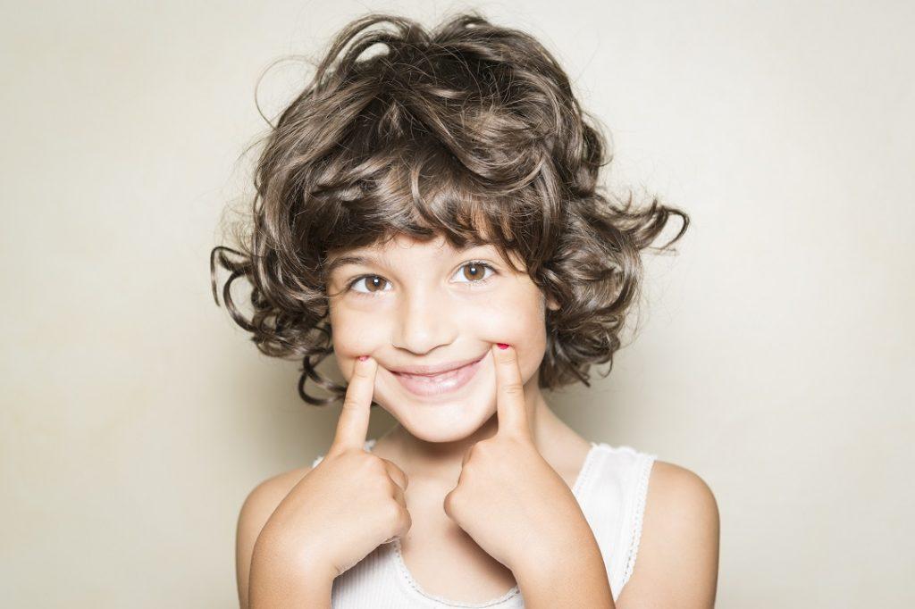 Fisioterapia infantil para niños sonriendo